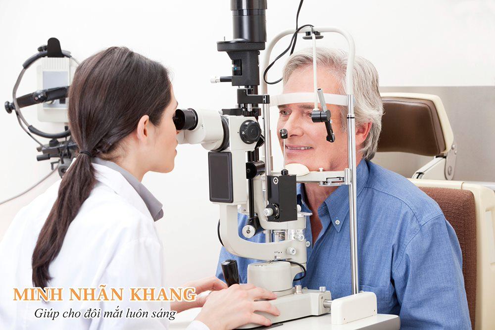 Khi mắt tự nhiên bị mờ một bên, bạn cần đi khám và điều trị sớm
